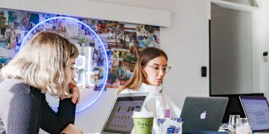 Junge Frauen am Computer